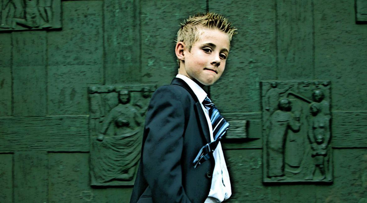 Ein Junge in Anzug mit Krawatte