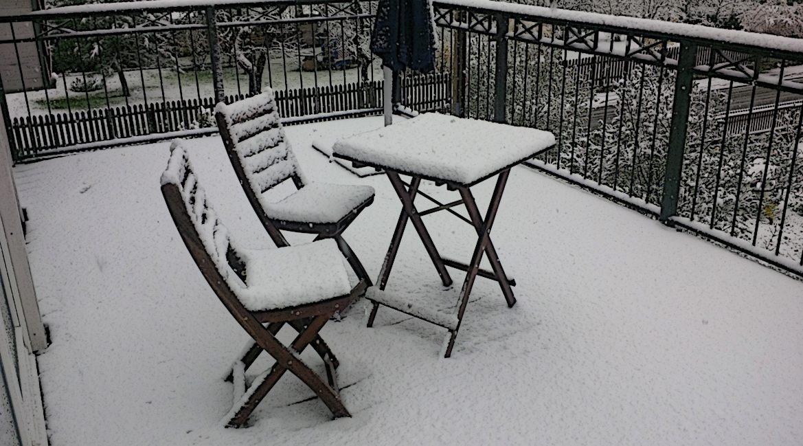 Bild eines verschneiten Balkons