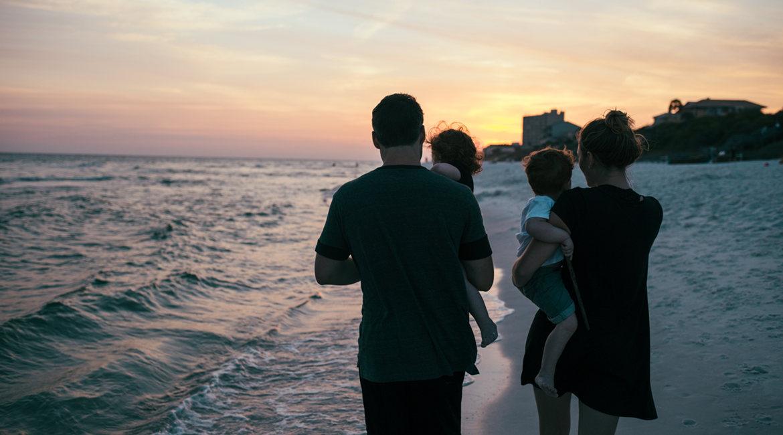 Bild einer vierköpfigen Familie am Strand