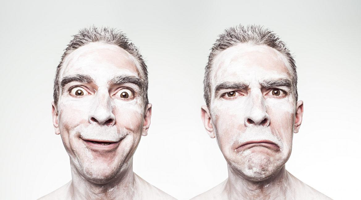Bild eines Mannes mit zwei Gesichtsaudrücken