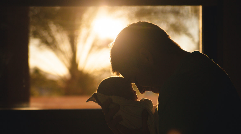 Bild eines Vaters mit seinem Baby