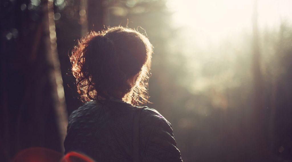 Bild einer Frau in der Natur
