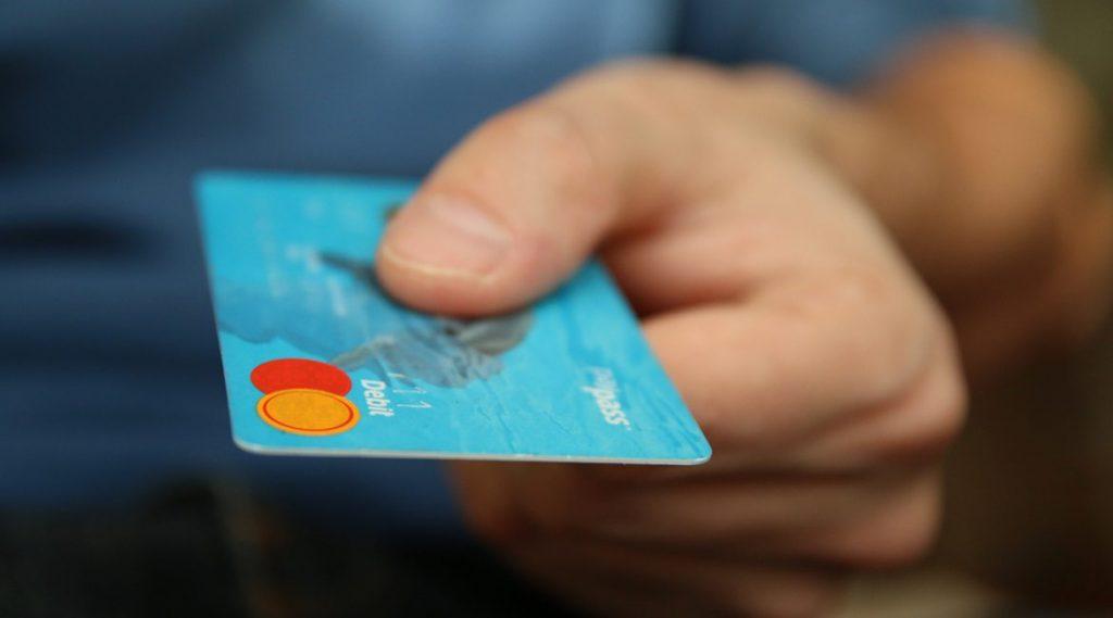 Bild einer Hand mit Kreditkarte