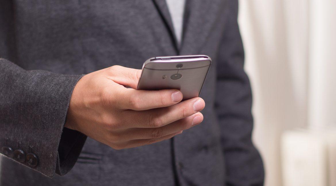 Bild eines Mannes, der ein Smartphone hält