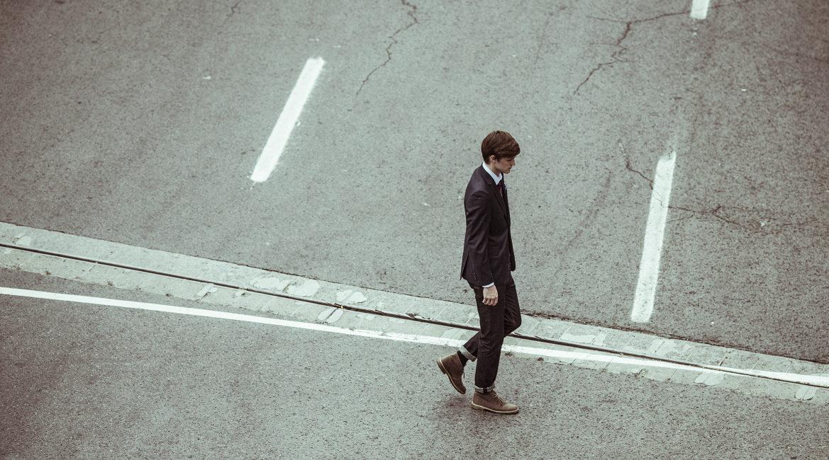 Bild eines jungen Mannes auf einer Straße