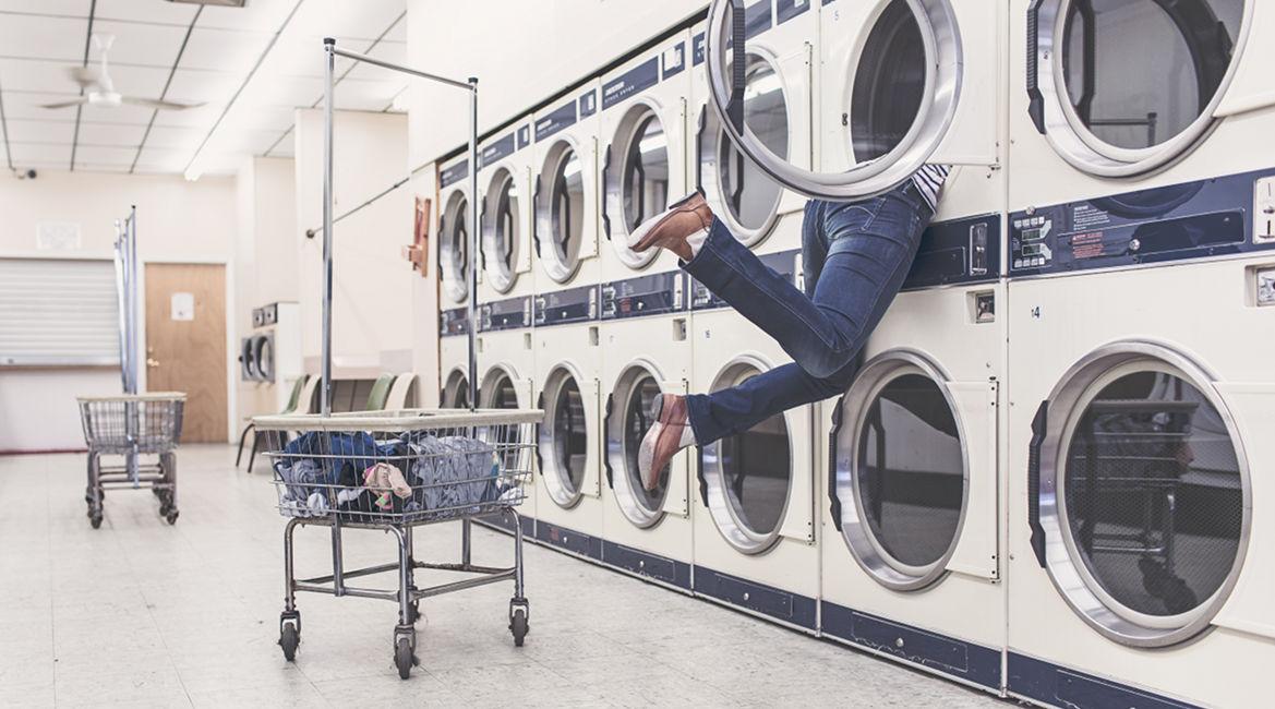 Bild einer Frau in einem Waschsalon