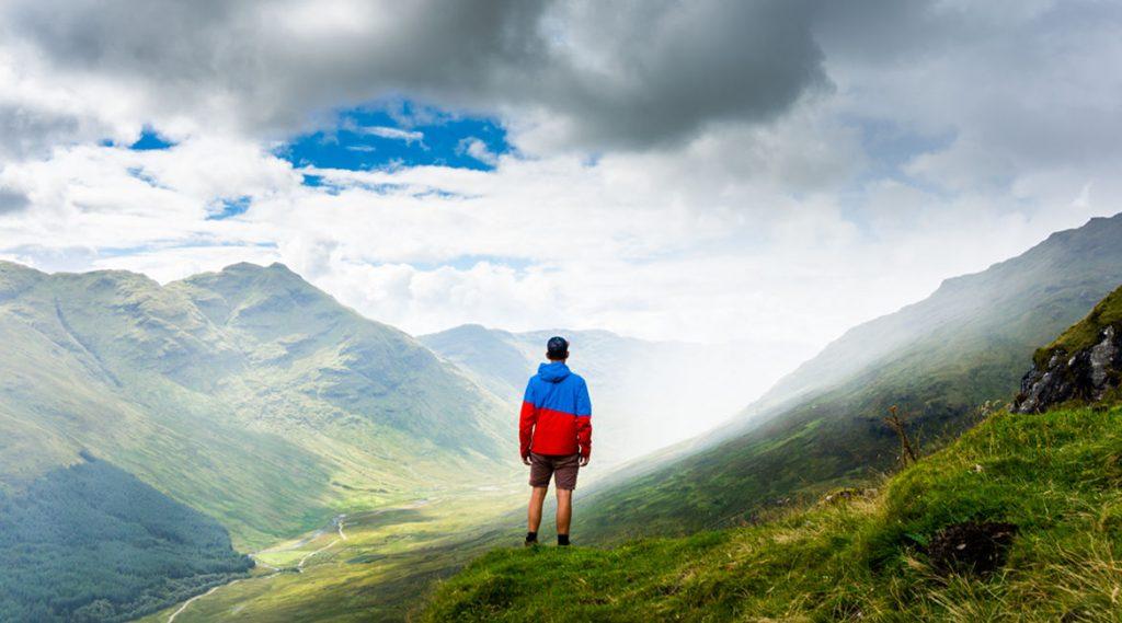 Bild eines Wanderers vor Nebelbank