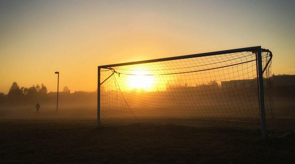 Bild eines Fußballtors bei Sonnenaufgang