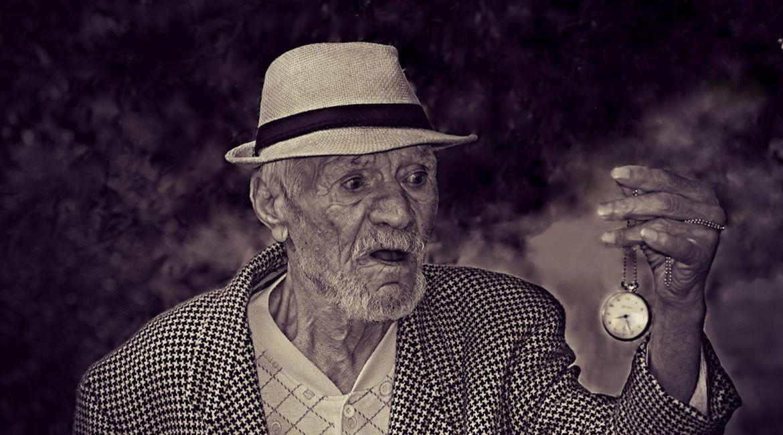 Alter Mann mit Taschenuhr