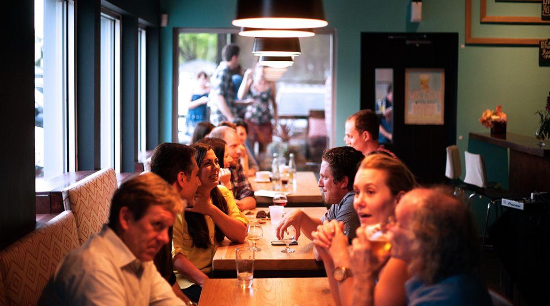 Bild von Menschen im Café