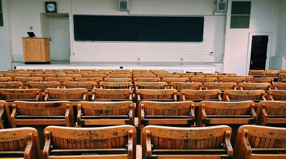 Bild eines leeren Hörsaals