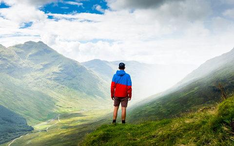Bild eines Wanderers in den Bergen