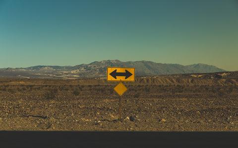 Bild eines Straßenschildes in der Wüste