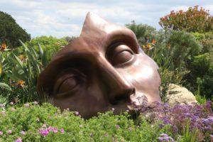 Bild eines liegenden Bronzekopfes